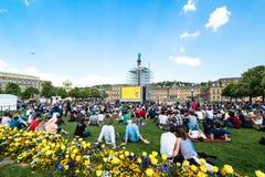 Gente que goza del cine del aire abierto en el centro de ciudad de Stuttgart (Alemania) Imagen de archivo libre de regalías