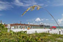 Gente que goza del fuerte Myers Beach Pier en la Florida, los E.E.U.U. Imagenes de archivo