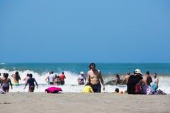 Gente que goza del océano del Caribe en Cartagena Imagen de archivo