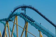 Gente que goza sorprendiendo el roller coaster de Kraken en Seaworld en el área internacional 51 de la impulsión imagen de archivo libre de regalías