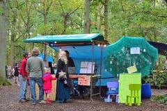 Gente que habla en la entrada del festival de A sobre armonía Foto de archivo