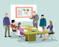 Gente que habla y que trabaja en los ordenadores en oficina Personal alrededor de la tabla que trabaja con la tableta del ordenad Foto de archivo