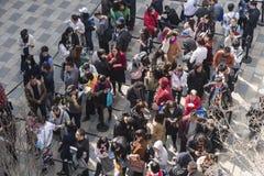 Gente que hace cola para arriba para un evento en una alameda de compras en Pekín fotos de archivo libres de regalías