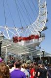 Gente que hace cola para el ojo de Londres Imagen de archivo libre de regalías