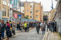 Gente que hace cola para la entrada al festival Foto de archivo libre de regalías