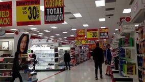 Gente que hace compras dentro de tienda de la blanco almacen de video