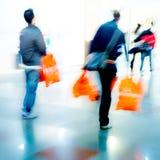 Gente que hace compras dentro de una alameda Fotografía de archivo libre de regalías