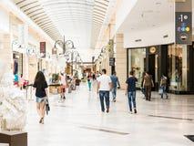Gente que hace compras en alameda de compras de lujo Foto de archivo libre de regalías