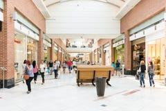 Gente que hace compras en alameda de compras de lujo Imagenes de archivo