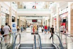 Gente que hace compras en alameda de compras de lujo Fotografía de archivo libre de regalías