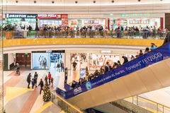 Gente que hace compras en alameda de compras de lujo Imágenes de archivo libres de regalías