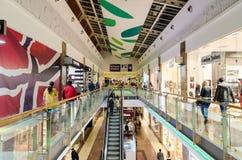 Gente que hace compras en alameda de lujo Fotos de archivo