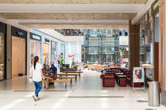 Gente que hace compras en alameda de lujo Imagen de archivo libre de regalías