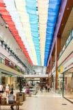 Gente que hace compras en alameda de lujo Foto de archivo