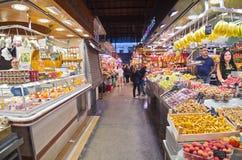 Gente que hace compras en el mercado de Boqueria del La de Barcelona Imagenes de archivo