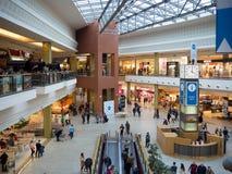 Gente que hace compras en hipermercado en Cracovia, Polonia Fotografía de archivo