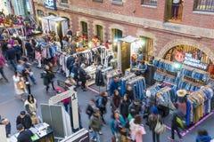 Gente que hace compras en la central de Melbourne, Melbourne Imagenes de archivo