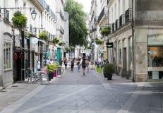 Gente que hace compras en los cruasanes Nantes del DES Trois de la ruda imagen de archivo