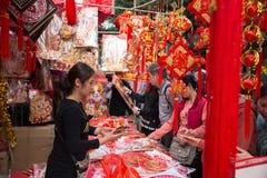 : Gente que hace compras en mercado de la flor Imagen de archivo libre de regalías