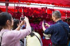 : Gente que hace compras en mercado de la flor Fotografía de archivo
