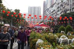 : Gente que hace compras en mercado de la flor Imagen de archivo