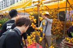 : Gente que hace compras en mercado de la flor Imagenes de archivo