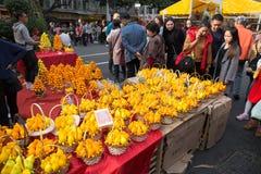 : Gente que hace compras en mercado de la flor Fotografía de archivo libre de regalías