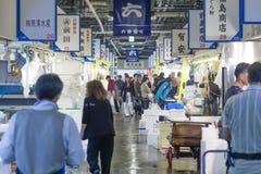 Gente que hace compras en un mercado de la comida fresca en Osaka, Japón fotos de archivo