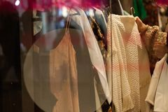 Gente que hace compras en una tienda Foto de archivo libre de regalías