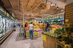 Gente que hace compras en Whole Foods imagen de archivo