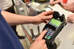 Gente que hace compras para la comida en el supermercado - el pagar del pago y envío fotografía de archivo libre de regalías