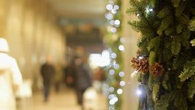 Gente que hace compras para la Navidad Foto de archivo