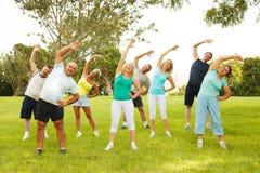 Gente que hace ejercicios de la flexibilidad Imagen de archivo