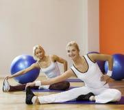 Gente que hace estirando ejercicio Foto de archivo libre de regalías