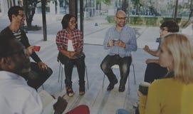 Gente que hace frente a la comunicación que habla Co de la reunión de reflexión de la discusión imágenes de archivo libres de regalías