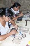 Gente que hace jeweleries a mano imagenes de archivo
