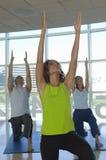 Gente que hace yoga Imagenes de archivo