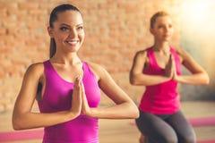 Gente que hace yoga Fotos de archivo