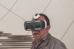 Gente que intenta las auriculares 3D en la expo 2015 en Milán, Italia Imágenes de archivo libres de regalías