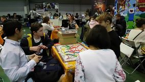 Gente que juega al juego de tabla en el festival de Gamefilmexpo almacen de metraje de vídeo
