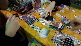 Gente que juega al juego de tabla en el festival de Gamefilmexpo almacen de video