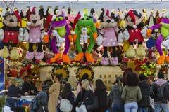 Gente que juega al juego del carnaval para ganar premios rellenos del juguete imagen de archivo libre de regalías