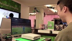 Gente que juega al nuevo juego del xbox en la tienda de Microsoft metrajes