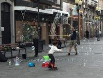 Gente que juega con las burbujas Imagen de archivo