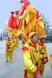 Gente que juega danzas del dragón Imagenes de archivo