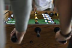Gente que juega disfrutando de la reconstrucción Le del juego de fútbol de la tabla del fútbol fotografía de archivo libre de regalías