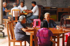 Gente que juega el mahjong Imagenes de archivo