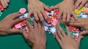 Gente que juega el póker en casino, ganando para la caridad crowdfunding, jugando almacen de metraje de vídeo