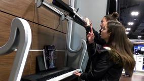 Gente que juega el piano