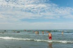 Gente que juega en el Mar Negro Fotos de archivo libres de regalías